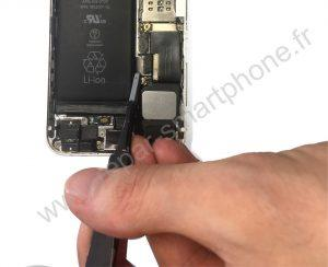 Debranchement du connecteur de batterie iPhone 1