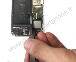 Debranchement du connecteur de batterie iPhone 2