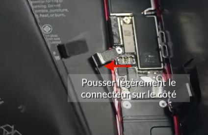 pousser le connecteur de batterie sur le cote